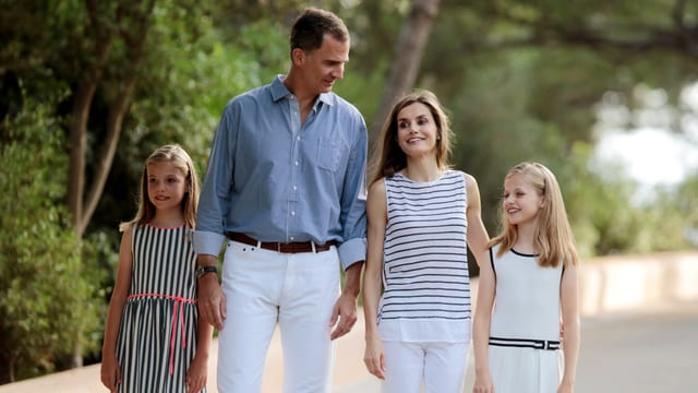 Die Königsfamilie läuft eine Promenade entlang