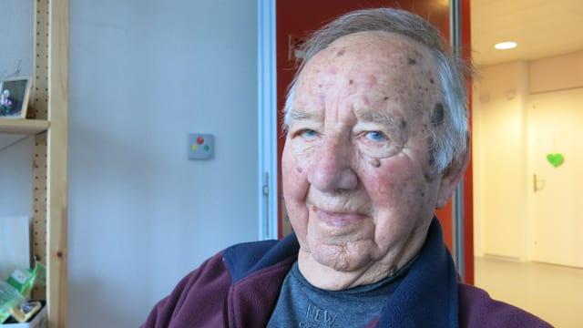 Der 107-jährige Worber Werner Tschaggelar in seinem Zimmer im Pflegeheim.