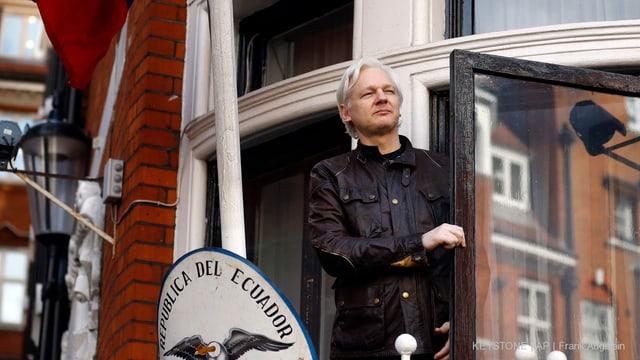 Julian Assange zeigt sich vor der Türe zur ecuadorianischen Botschaft in London.