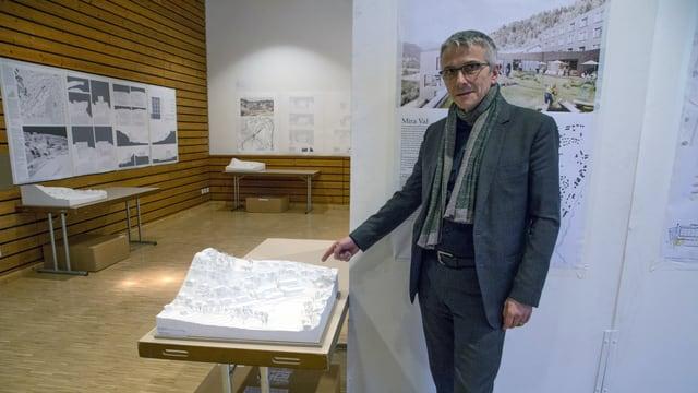 Herbert Schmid, l'architect da SSA Architekten SA cun il model da ses project.