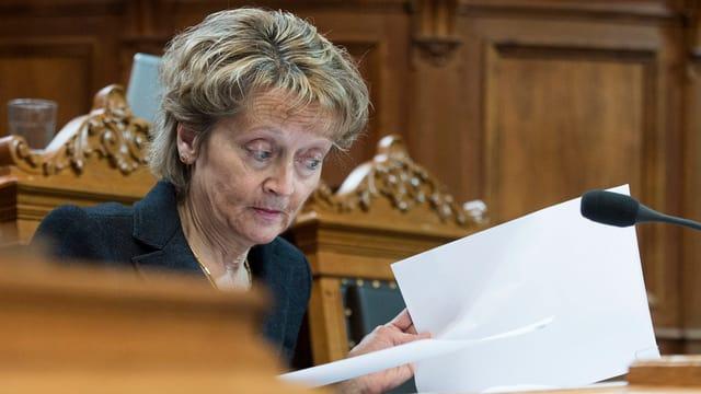 La cussegliera federala Eveline Widmer-Schlumpf sa fatschenta en il Cussegl dals chantuns cun il preventiv 2016.
