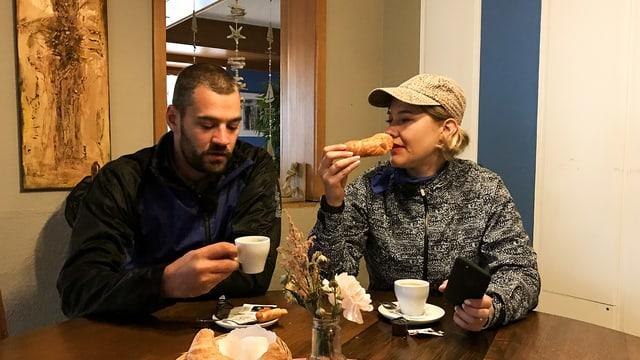 Sandro und Anic geniessen ihren Kaffi.