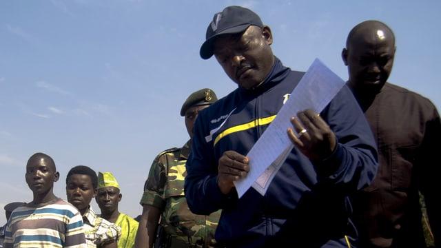 Pierre Nkurunziza faltet einen Wahlzettel vor der Stimmabgabe.
