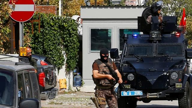 Panzerwagen und vermummter türkischer Soldat