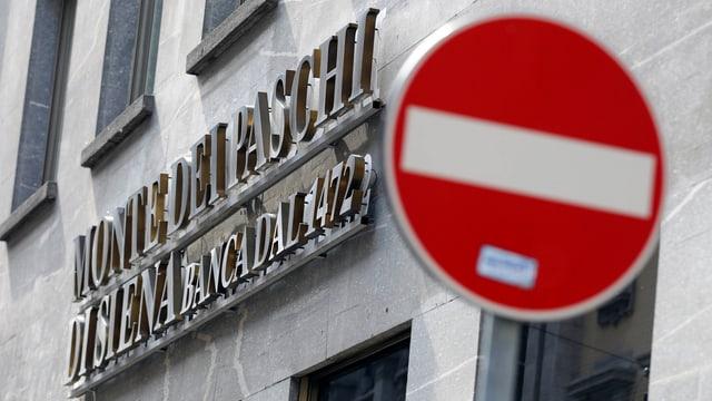 Logo von Monte dei Paschi an einem Bankgebäude, davor das Verkehrssignal verbotene Einfahrt.