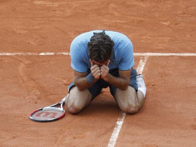 Roger Federer, überwältigt von seinen Gefühlen, geht 2009 in die Knie.