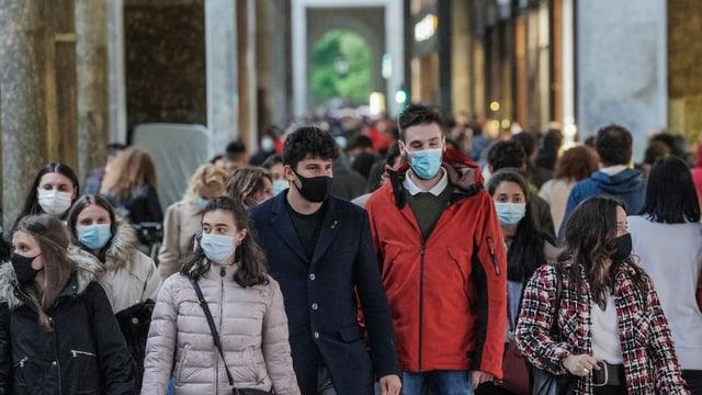 Menschen flanieren durch Turin, 1. Mai 2021