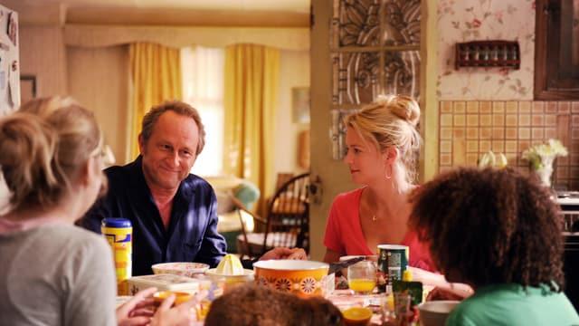Die bunte Patchwork-Familie am Frühstücktisch, mitsamt dem neuen Familienoberhaupt.