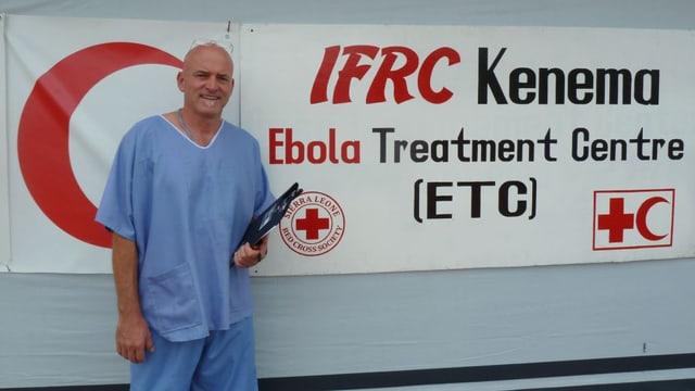 Aufnahme von Balz Halbheer vor einem Plakat des Ebola-Spitals in Kenema.