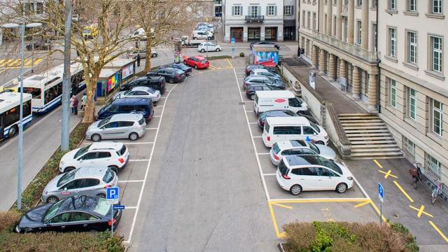 Ein Platz mit Parkplätzen, vollgestellt mit Autos.