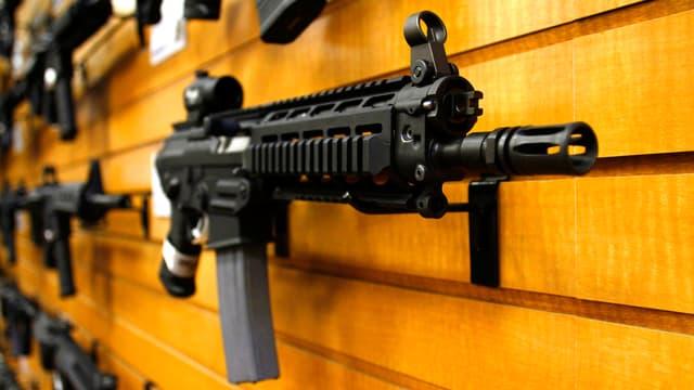 Eine vollautomatische Schnellfeuerwaffe an einer Ausstellungswand in Scottsdale im US-Bundesstaat Arizona.
