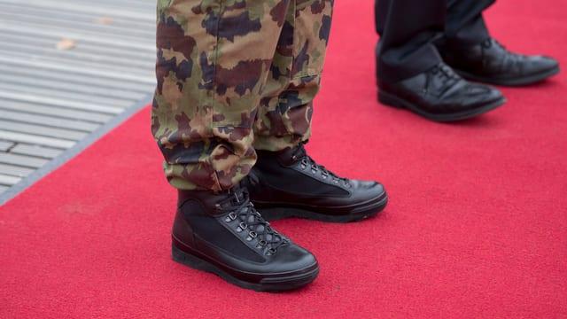 Schuhe auf rotem Teppich.