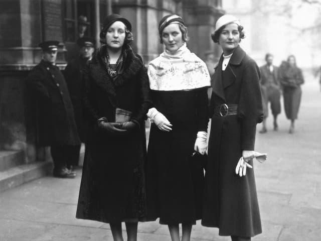 Drei Frauen auf der Strasse.