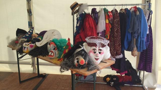 Ein Tisch mit traditionellen Fasnachtskostümen und Masken