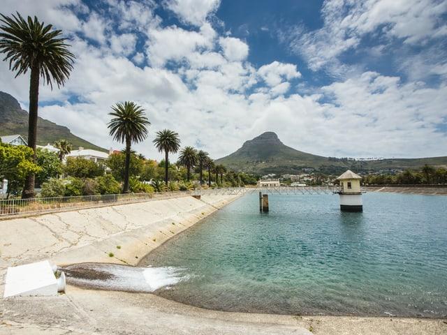 Ein fast leerer Staudamm in Kapstadt.