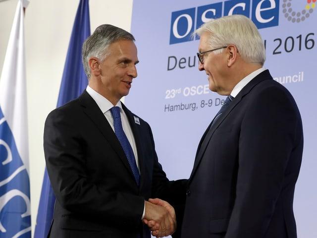 Burkhalter schüttelt die Hand des deutschen Aussenministers Frank-Walter Steinmeier.