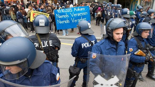 Antifa-Demonstranten umringt von Polizisten und Polizistinnen.