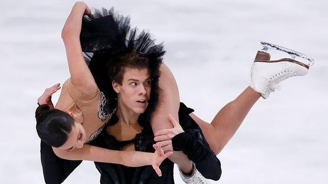 Eiskunstläuferpaar: Sie schwingt sich über seine Schultern.