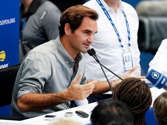 Roger Federer an einer Medienkonferenz.