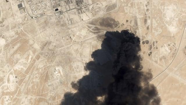 Rauch über der Ölraffinerie