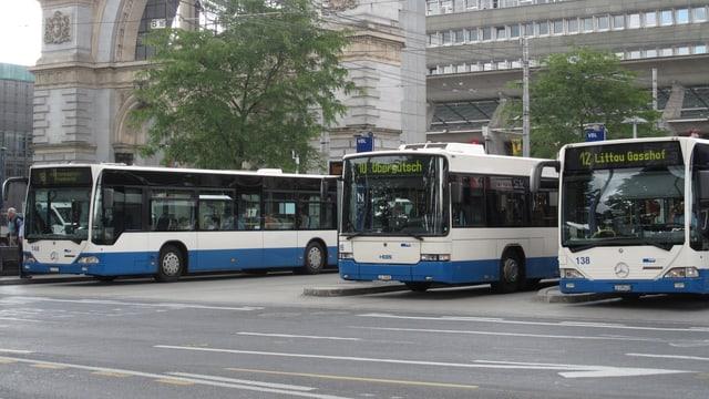 Busse auf dem Luzerner Bahnhofplatz