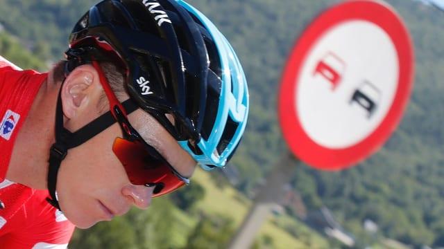 Chris Froome vor einem Verkehrsschild an der Vuelta