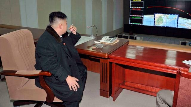 Nordkoreas Staatschef Kim Jong-Un sitzt an einem Tisch und raucht eine Zigarette. (keystone/archiv)