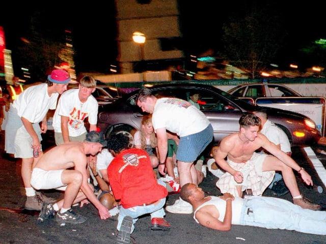 Verletzte des Bomben-Attentats vom Atlanta werden von anderen Anwesenden notdürftig versorgt