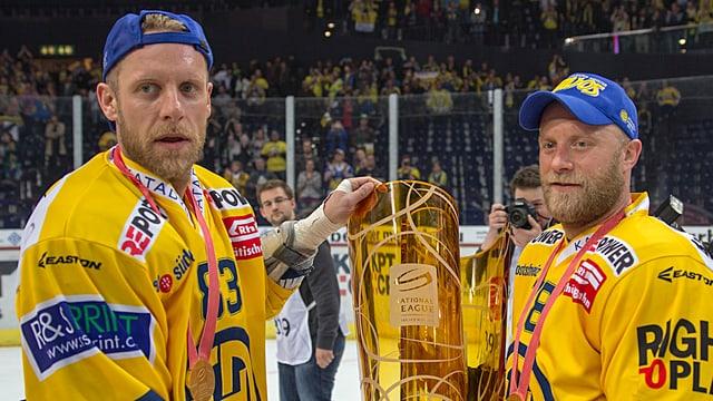 Reto (l.) und Jan von Arx mit der Playoff-Trophäe.
