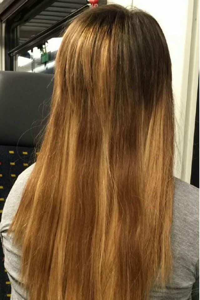 Eine Frau mit langen Haaren unterschiedlicher Farbe.