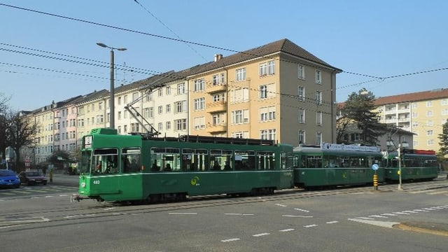 Tram Nummer 3 an der Kreuzung Burgfelderstrasse/Strassburgerallee.