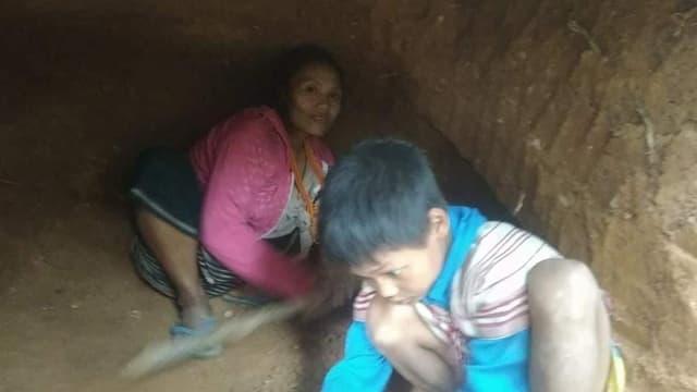 Die Leute suchen in Höhlen Schutz vor den Bomben.