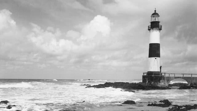 Schwarz-Weiss-Aufnahme: Leuchtturm an der Küste