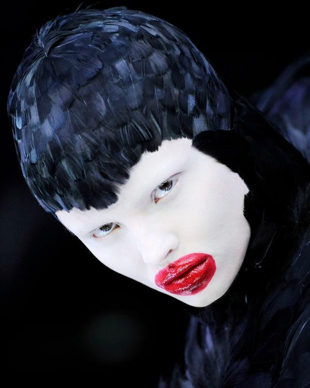Für die Kollektion «The Horn of Plenty» (Herbst/Winter 2009-2010) hat McQueen ein Kleid aus Entenfedern entworfen.