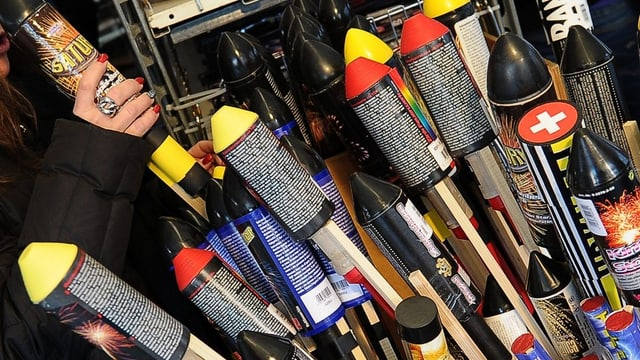 Feuerwerke in einer Auslage in einem Geschäft