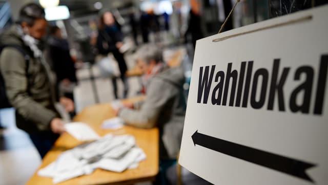 Schild mit Aufschrift Wahllokal.