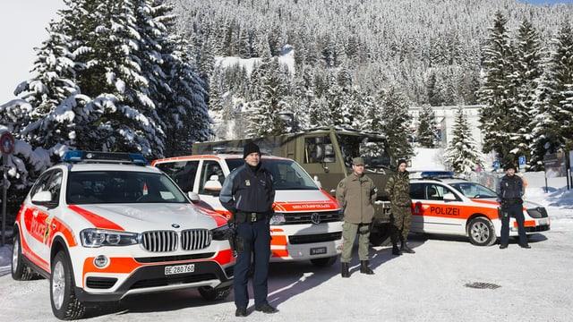 Militaerpolizei, Polizei und Armee zeigen Fahrzeuge in Davos