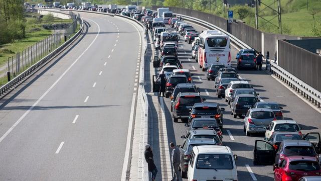 Zweispurige Autoschlange auf der A2 im Kanton Uri