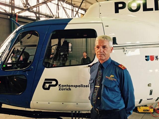 Bruno Keller, Chef Sicherheitspolizei, posiert vor dem neuen Helikopter.