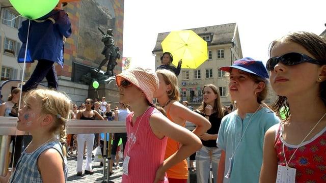 Kinder mit Ballonen vor dem Telldenkmal