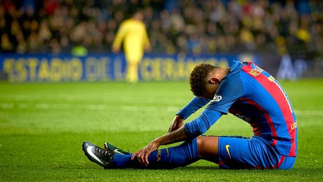 Ein Spieler hauert auf dem Rasen.