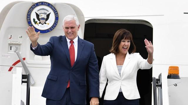 Pence und Ehefrau verlassen das Flugzeug.