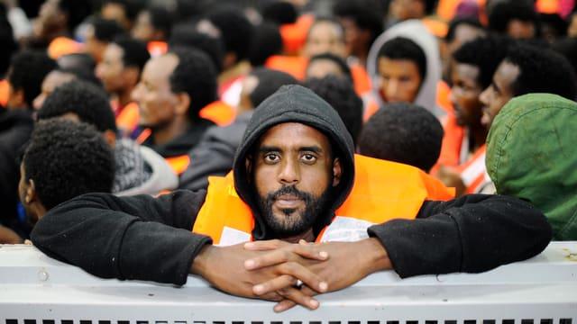 Migranten aus der Subsahara-Region auf einem Schiff der italienischen Marine