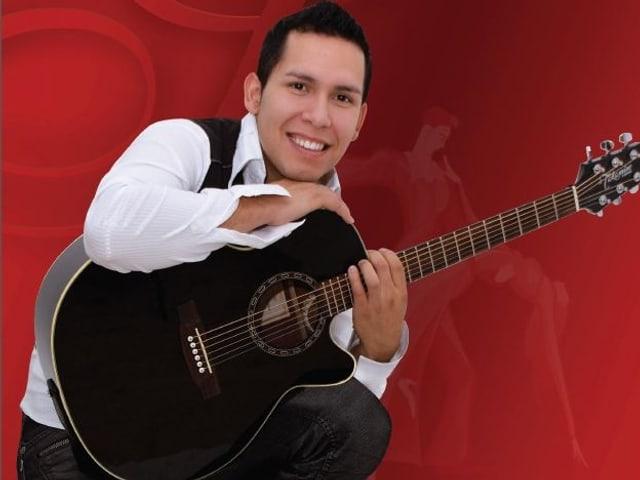 Sebastian mit Gitarre.