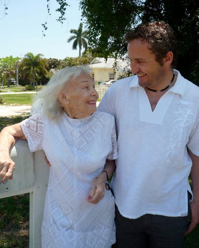 Die Tänzerin Syra Marty als ältere Frau mit Regisseur Roger Bürgler.
