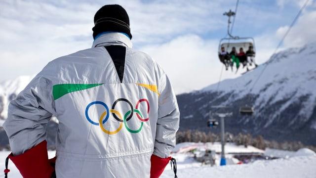 Ina um cun ina giacca cun ils rintgs olimpics.