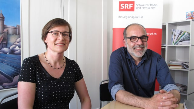 Katrin Bernath und Diego Faccani an einem Tisch im Studio Schaffhausen.