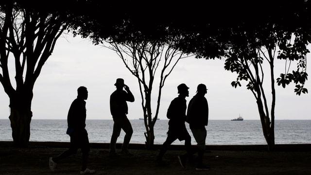 Afrikanische Migranten an Mittelmeerküste