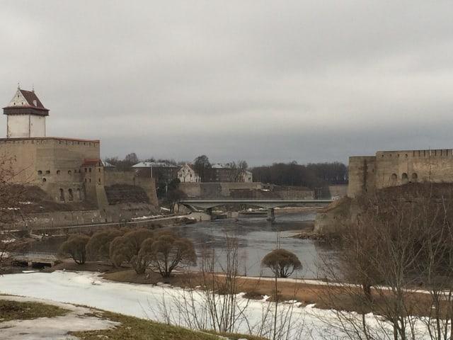 Die Narva, darüber Grenzbefestigungen