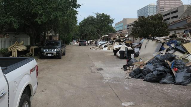 Müll aus den überschwemmten Häusern auf der Strasse.